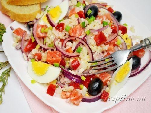 Салат из риса и форели