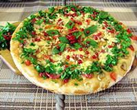 Летняя пицца с красной смородиной и базиликом - рецепт с фото